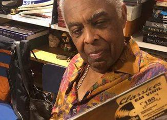 Gilberto Gil confere a edição em LP do álbum 'Realce' na série 'Clássicos em vinil' — Foto: Reprodução / Facebook Polysom