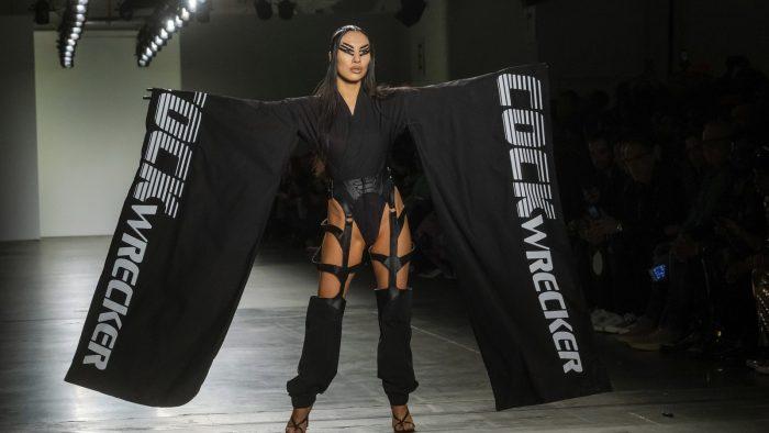 Atriz Asa Akira desfila pela Namilia na Semana de Moda de Nova York — Foto: Charles Sykes/Invision/A