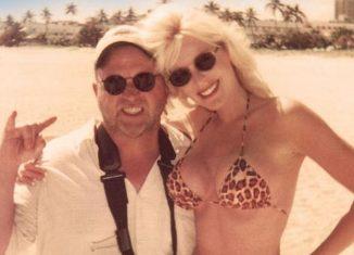 """Heather Elizabeth Parkhurst com Ken Blakey nos bastidores do filme """"Garota Biquíni"""" (1997) — Foto: Reprodução"""