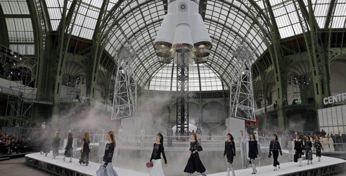 Modelos desfilam criações da coleção outono-inverno da grife Chanel em março de 2017 — Foto: François Mori/AP