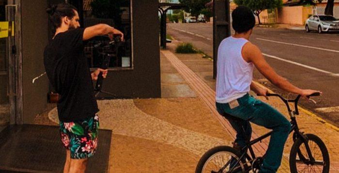 """Renan Guenka (de bermuda) filmando Gustavo, o """"CJ"""", em making off de peça publicitária inspirada no game """"GTA"""" — Foto: Renan Guenka/Arquivo Pessoal"""