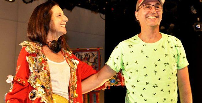 Clarice Niskier e Zeca Baleiro na estreia oficial da peça 'A esperança na caixa de chicletes ping pong', no Teatro Petra Gold — Foto: Cristina Granato / Divulgação