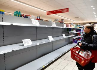 Imagem feita em 20 de março de 2020, em Potsdam, na Alemanha, o papel higiênico foi retirado das prateleiras — Foto: Michele Tantussi/Reuters