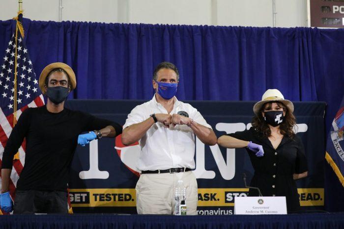 Chris Rock e Rosie Perez incentivam uso de máscara durante participação em evento com governador de NY — Foto: Getty Images via AFP