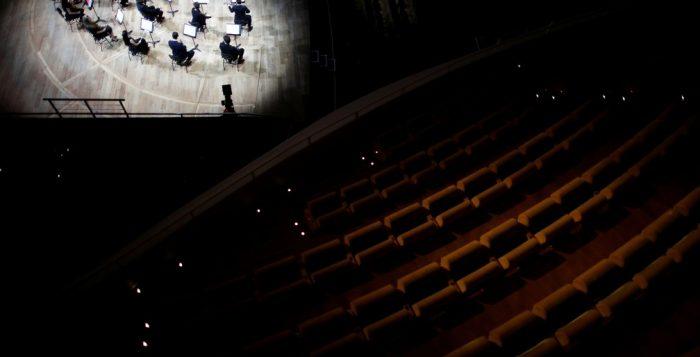 Vazia, a sala Pierre Boulez, em Paris, recebe concerto do violinista Renaud Capucon, após reabertura gradual da França — Foto: REUTERS/Benoit Tessie