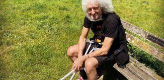 Brian May, do Queen, faz primeiro passeio após romper músculo do glúteo durante jardinagem — Foto: Reprodução/Instagram