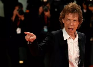 Mick Jagger posa para fotos no tapete vermelho do filme
