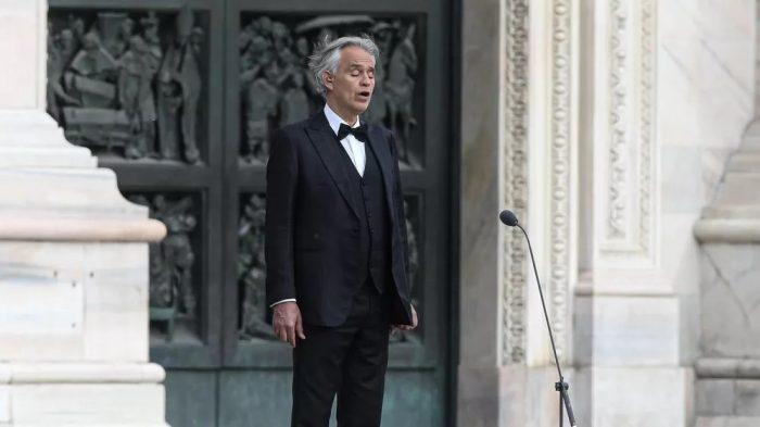 Andrea Bocelli canta do lado de fora da Catedral de Milão neste domingo (12) de Páscoa — Foto: Piero Cruciatti / AFP