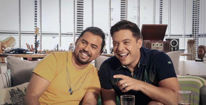 Xand, do Aviões do forró (à esq.), e Wesley Safadão durante as gravações do clipe de 'Eu e a torcida do Brasil' — Foto: Divulgação
