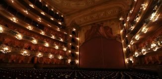 Vista do tradicional teatro Colón em Buenos Aires com assentos vazios — Foto: REUTERS/Agustin Marcarian