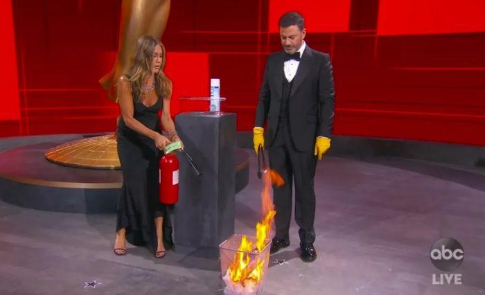 Jennifer Anniston e Jimmy Kimmel foram alguns dos poucos que apareceram presencialmente no Emmy 2020 — Foto: The Television Academy e ABC Entertainment/AP
