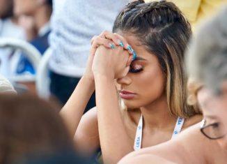 Cantora Lexa concentrada durante a apuração de carnaval na Sapucaí — Foto: Marcos Serra Lima / G1