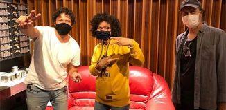 Roberta Campos em estúdio entre o guitarrista Guilherme Schwab (à esquerda) e o produtor Paul Ralphes — Foto: Reprodução / Twitter Roberta Campos