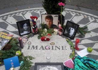 Fãs fazem homenagens a John Lennon no Central Park, em Nova York, no aniversário de 40 anos da morte do cantor — Foto: Carlo Allegri/Reuters